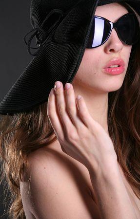 ritratto verticale di una donna attraente con labbra rosa