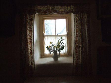 shining through: luce attraverso la finestra nella vecchia cucina irlandese casolare situato nella contea di Clare, Irlanda