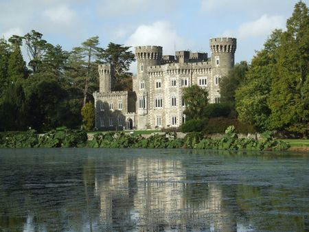 donjon: Scenic view of Irish castle dating to the 16th century with lake infront