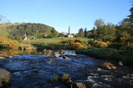 prayer tower: Scenic paesaggio in Irlanda con il vecchio cimitero e la chiesa resti in background