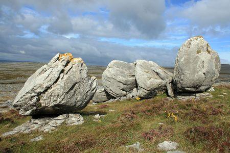eiszeit: Gro�e Kalkstein-Bolders in The Burren in County Clare Irland. Die Landschaft wurde durch die letzte Eiszeit geschnitzt