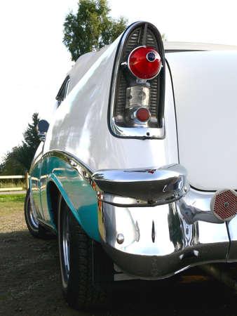 shiny car: Een 1950s klassieke Amerikaanse auto geparkeerd op een stroom aan in Zweden