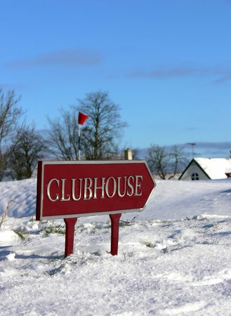 A sign showing you the way to the golfers clubhouse Stock Photo