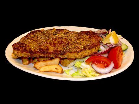 sallad: A juicy schnitzel on a plate