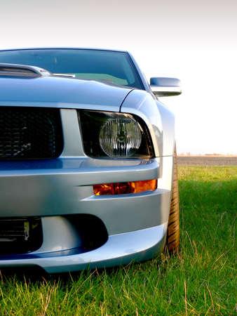 parked: Close-up van een zilvergrijs moderne Amerikaanse sportwagen
