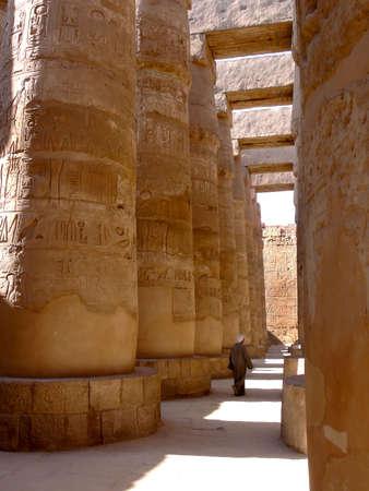 louxor: Un Egyptien de marche � travers le pilier de la salle temple de Karnak � Louxor en �gypte Banque d'images