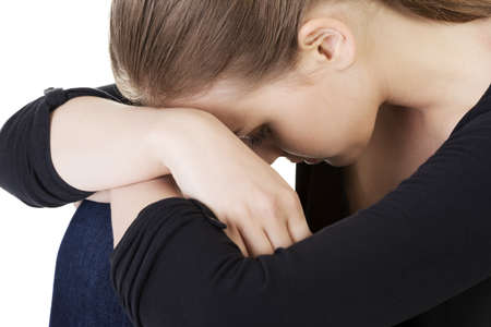 ashamed: Triste ni�a adolescente agitado depresi�n. Aislado en blanco Foto de archivo