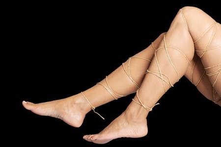 gefesselt: Beine Schmerz Konzept - Beine mit einem Seil isoliert gebunden