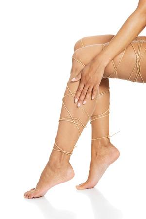 atados: Piernas concepto de dolor - las piernas atadas con una cuerda aislados