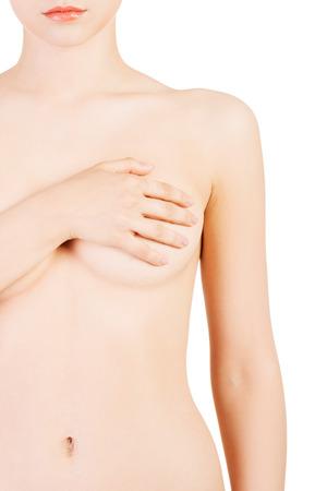mujer desnuda senos: Mujer hermosa que cubre sus pechos. Primer plano. Aislado en blanco.