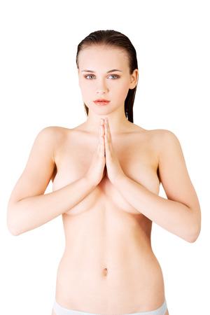 mujer desnuda senos: Mujer hermosa y atractiva, desnuda con las manos juntas, cubriendo sus senos. Vista frontal. aislado en blanco. Foto de archivo