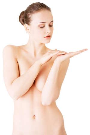 pechos: Mujer atractiva con la mano que cubre los senos. Tocar vista hands.Front. Aislado en blanco.
