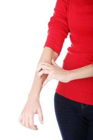 Attraktive Frau kratzt sich. Hand Nahaufnahme. Isoliert auf wei�.