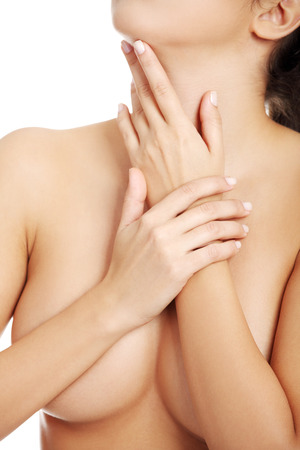 pechos: Sexy hermosa mujer desnuda que cubre sus pechos. Aislado en blanco. Foto de archivo