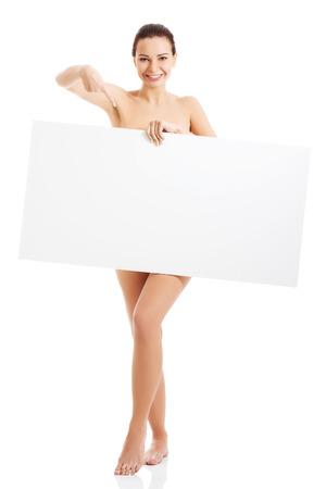 desnudo de mujer: Mujer desnuda feliz celebraci�n de espacio de la copia. Aislado en blanco.