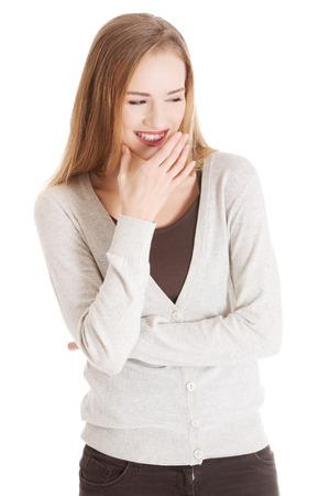 desprecio: Hermosa mujer casual riendo. Aislado en blanco.