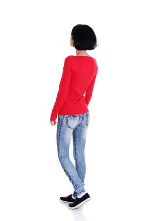 mujer de espaldas: Mujer joven ocasional por detr�s vi�ndose, aislado en blanco