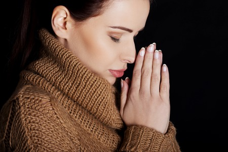 mujer rezando: Mujer creyente orar a Dios Foto de archivo