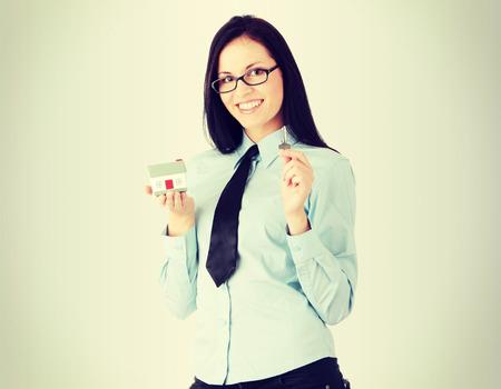 doorkey: Giovani businesswoman (agente immobiliare) con il modello del tubo flessibile e kays