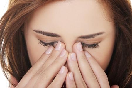 dolor de cabeza: Mujer joven con dolor en los senos presi�n Foto de archivo