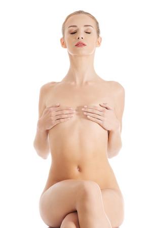 mujer desnuda sentada: Hermosa mujer desnuda sentada, tener la piel limpia y fresca. Aislado en blanco.