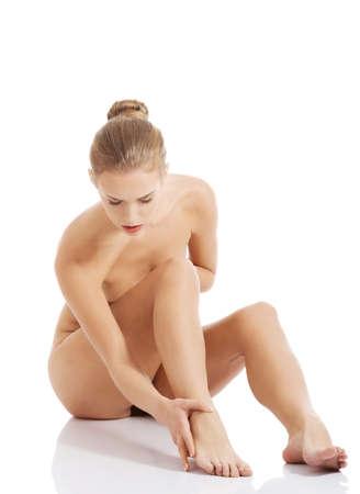 Красивая Кавказской обнаженная женщина сидит с свежей чистой кожи. Изолированные на белом.