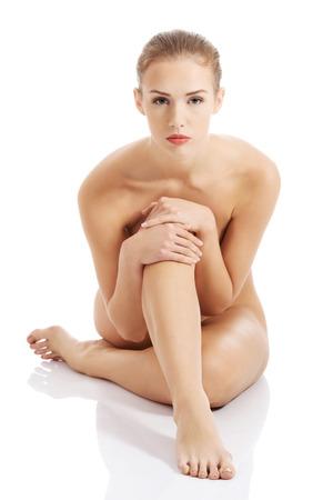 desnudo de mujer: Hermosa mujer desnuda cauc�sica que se sienta con la piel limpia y fresca. Aislado en blanco.
