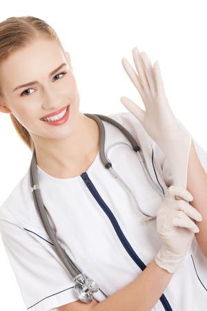 handschuhe: Sch�ne kaukasischen Arzt oder Krankenschwester, die wei�e, sterile Handschuh. Isoliert auf wei�.