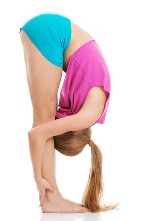 bending down: Mujer cauc�sica joven que est� ejerciendo, agach�ndose. Aislado en blanco.