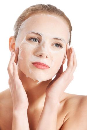 Schöne junge Frau mit Collagen-Maske. Isoliert auf weiß.