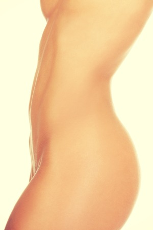 femme se deshabille: Close up d'une parfaite corps nu d'une jeune femme en forme