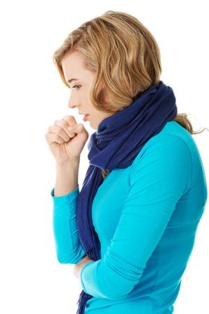 tosiendo: La mujer joven tiene una gripe. Tos.