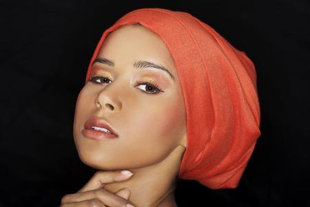 stage makeup: Ritratto del modello nero professionale con fase trucco.
