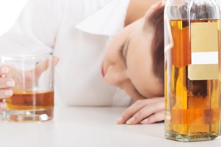 tomando alcohol: Empresaria joven sola en la depresi�n, el consumo de alcohol.