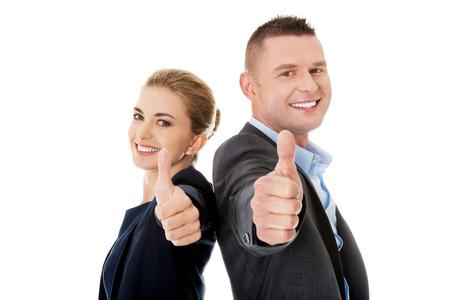 Business-Paar zeigt Daumen nach oben.