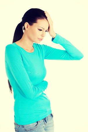 mujer llorando: Joven mujer triste tiene un problema grande, depresión o dolor de cabeza, sobre fondo blanco