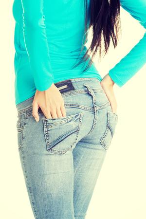 jeans apretados: Ajuste trasero femenino en pantalones vaqueros, aislado