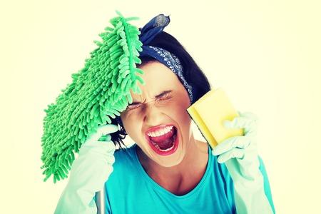Müde frustriert und erschöpft Reinigung Frau schreien, isoliert auf weiß