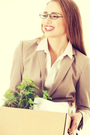articulos oficina: Hermosa mujer de negocios la celebraci�n de caja con art�culos de oficina. Iniciar o finalizar el trabajo. Aislado en blanco. Foto de archivo