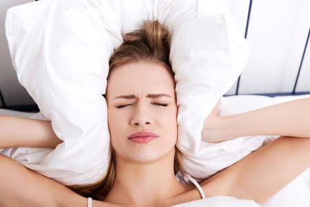 Frau mit einer großen Kopfschmerzen Lizenzfreie Bilder