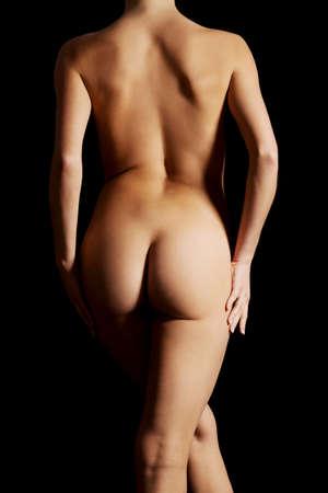 Hermosa mujer nalgas sobre fondo oscuro.