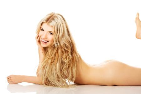 nalga: Mujer de risa joven desnuda tumbada en el suelo.