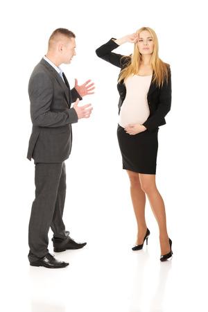 homme enceint: Homme d'affaires se disputer avec son partenaire d'affaires enceinte