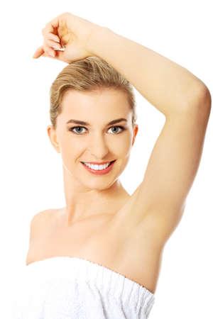 axila: Mujer hermosa del balneario feliz mostrando su axila afeitada. Foto de archivo