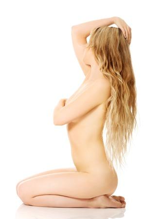 mujer desnuda sentada: Mujer desnuda delgado sentado en las rodillas.