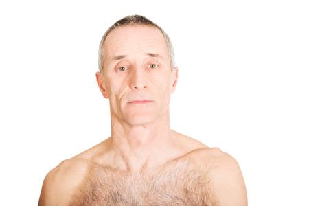 hombres sin camisa: Viejo hombre sin camisa seria que mira a la c�mara