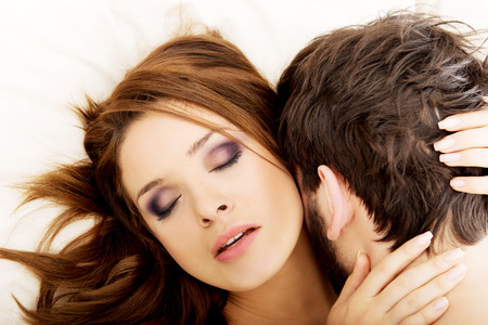 man and woman sex: Молодая пара счастлива, поцелуи в постели.