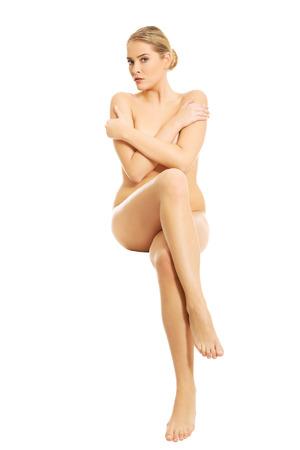 mujer desnuda sentada: Integral de la mujer desnuda sentada con las manos cruzadas.