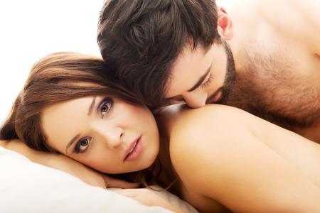 parejas enamoradas: Amor joven pareja en la cama, escena rom�ntica en el dormitorio.