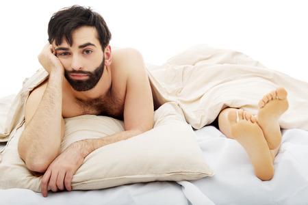 sexe de femme: Jeune homme d�prim� beau dans son lit.